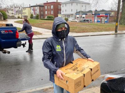 学生送盒装食物